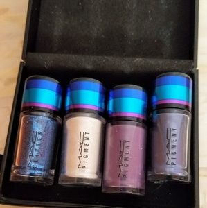 BRAND NEW - Mac eyeshadow pigment + 1 w/glitter